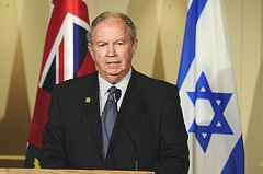 MPP Kwinter addressing the podium in September 2009 at the 90th anniversary of the Canadian Jewish Congress.